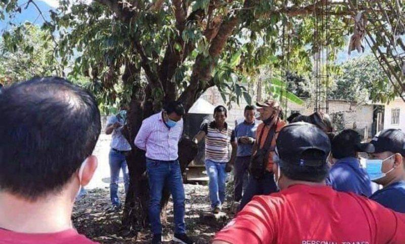 Nuk mbajti premtimin, banorët lidhin te pema kryetarin e komunës