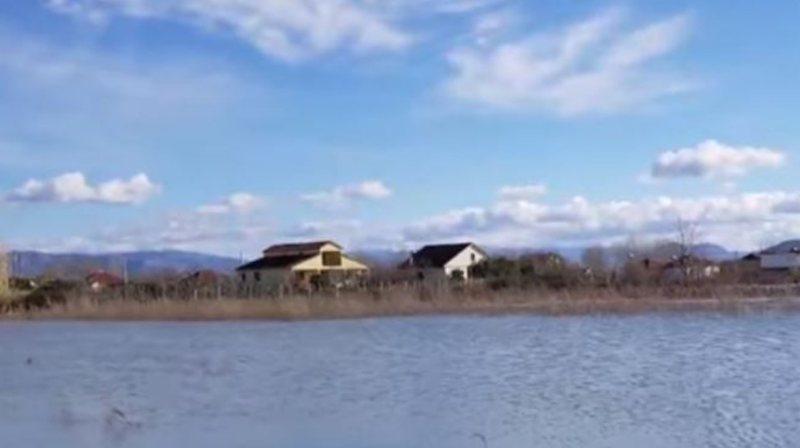 Përmbytje në Obot, izolohen banorët. Rrëshqitje toke edhe