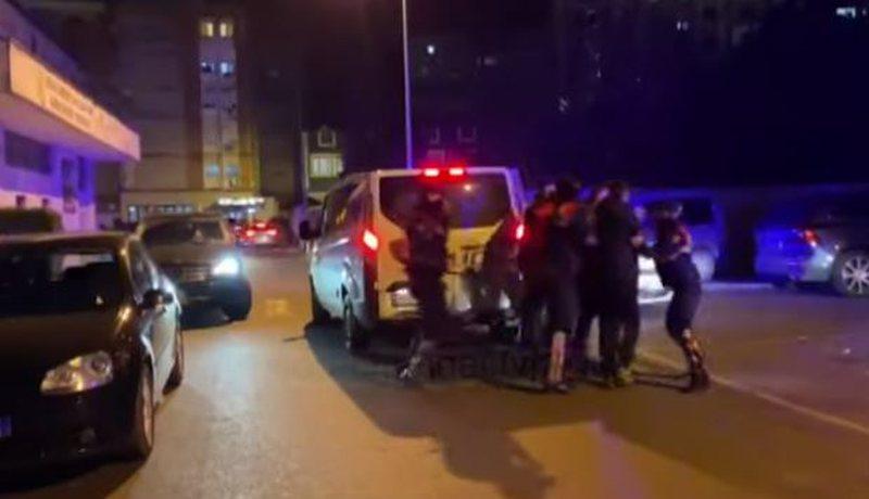 Partizani-Tirana/ Kaos në Elbasan. Përplasen tifozeritë, i vihet