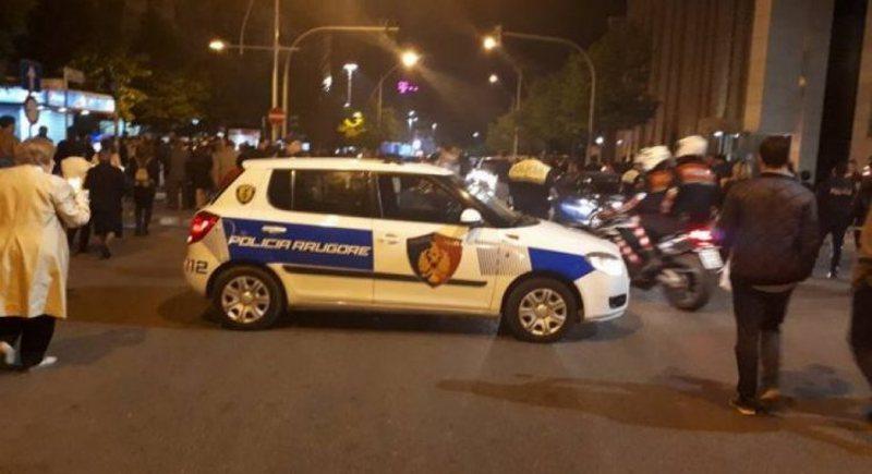 Aksident në Tiranë, makina del nga rruga dhe futet në stacionin e