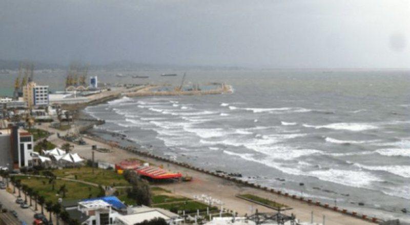 Moti i keq, pezullohet lundrimi në portin e Vlorës