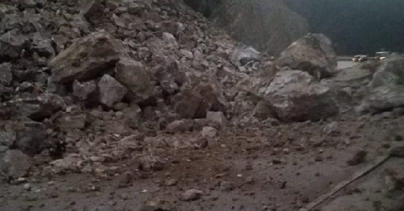 Bie masivi shkëmbor, bllokon rrugën dhe vret mbi 50 bagëti