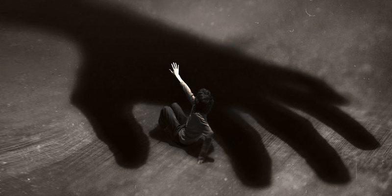 U abuzua seksualisht nga mamaja dhe i dashuri i saj, i riu rrëfehet pas 10
