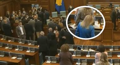 Video/ Shihni ç'bën deputetja e re e Kosovës teksa