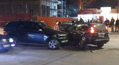 Dy makina përplasen në mes të Elbasanit, plagoset gruaja