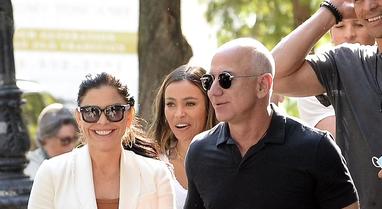 Jeff Bezos dhe e dashura e tij shkëmbejnë puthje pasionante