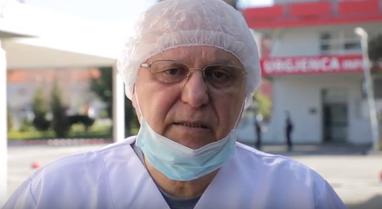 Mjeku Tritan Kalo shpërthen ndaj politikanëve: Na tallin me vilat e