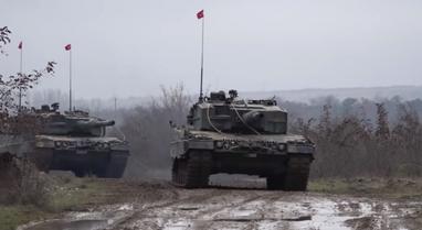 Po ndodh/ Tanket turke kapërcejnë lumin Evros dhe futen në