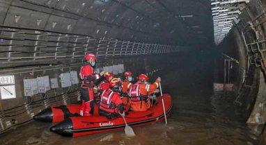 Përmbytjet tragjike në Kinë, më shumë se 300 të
