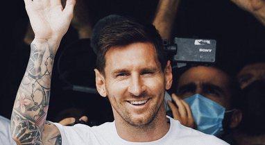 VIDEO/ Messi mbërrin në Paris, pritet nga një numër i madh