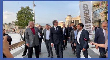 VIDEO/ Rama mbërrin në Shkup, filmohet duke ecur me Zaev dhe