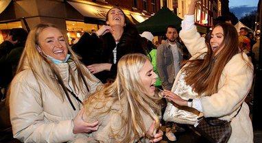 FOTO/ Anglezët festojnë ditën e parë të lirisë,