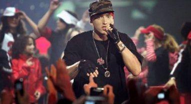 Eminem i befason të gjithë, shërben pasta në restorant