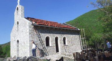 Shteti e la në harresë/ Emigranti rindërton kishën 2