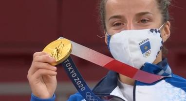 Distria Krasniqi jep mesazhin e parë nga Tokio me medaljen e artë