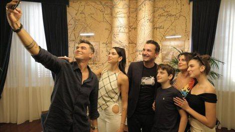 Këngëtarja e famshme shqiptare Dua Lipa mbërrin në
