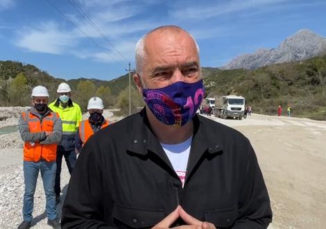 Rama inspekton punimet e rrugës në Lumin e Vlorës: Shumë