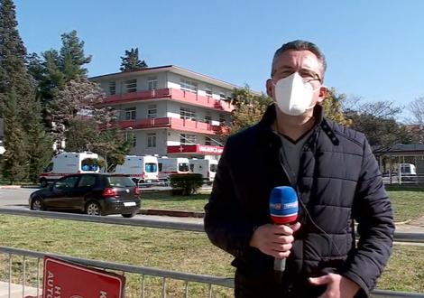 Gazetari raporton situatën në spitalet COVID: Ambulancat vijnë