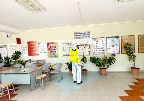 Infektohen me koronavirus 8 nxënës në Gjirokastër, mbyllet