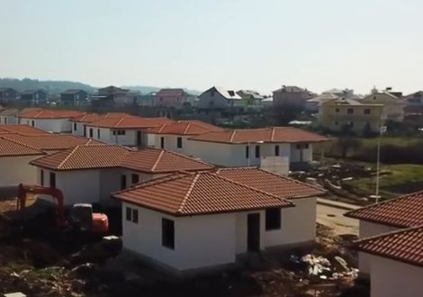 Rama publikon pamjet nga kantieri i ndërtimit të banesave në