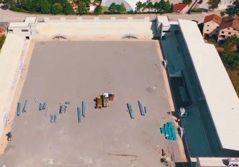 Rama publikon videon, ja si duket kantieri i ndërtimit të stadiumit