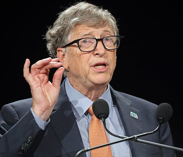 Bill Gates merr dozën e dytë të vaksinës COVID, tregon se