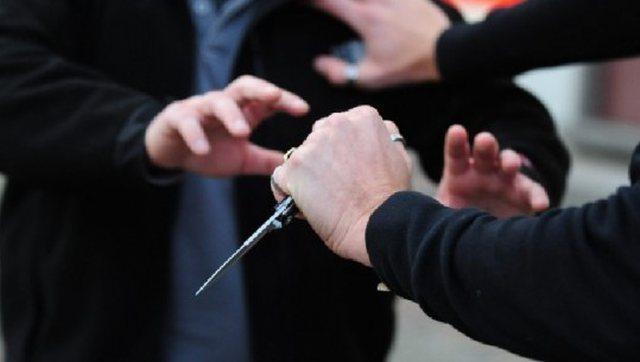 Plagosi me thikë vëllain brenda një lokali, arrestohet