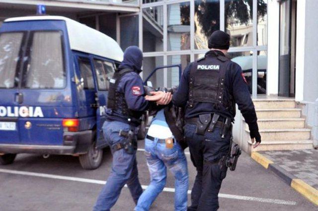 LAJMI FLASH/ Tentoi t'i vinte flakën një biznesi, arrestohet 32