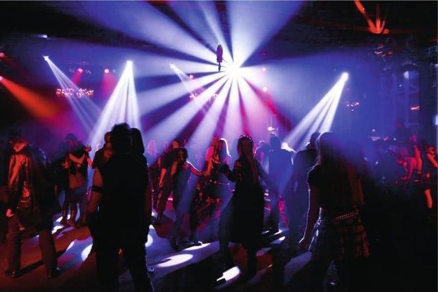 Francezi joshte me striptiste lokalet në Shqipëri /Zhduket me