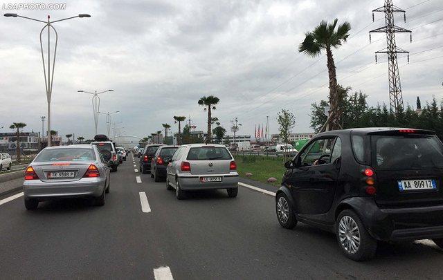Bllokohet trafiku në autostradën Tiranë-Durrës, rradha shkon