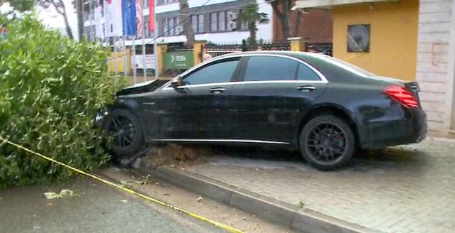 FOTO/ Makina përfundon në trotuar, merr para 30-vjeçaren dhe