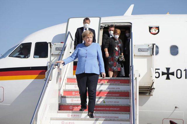 E veshur me të kaltër, Merkel në Tiranë, Xhaçka i