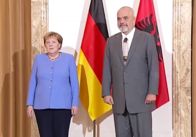 VOA: Merkel në Tiranë, po tregon mbështetjen për integrimin