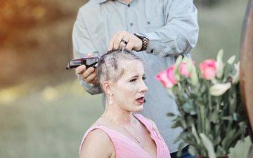 Partneri pret flokët e bashkëshortes për një arsye