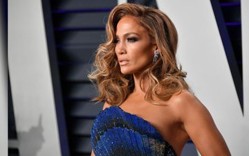 Looks like Jennifer Lopez is black and has no hair extensions
