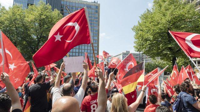 'Unë jam Ozil': Qindra njerëz protestojnë