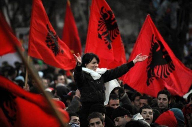 Rri në Shqipëri, të lutem mos ik!