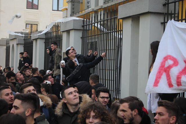 Tërhiqet vendimi për provimet e mbartuara, Nikolla: 'Qeveria do