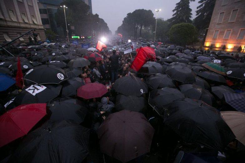 Pas protestave në vend, turistët anullojnë udhëtimet drejt