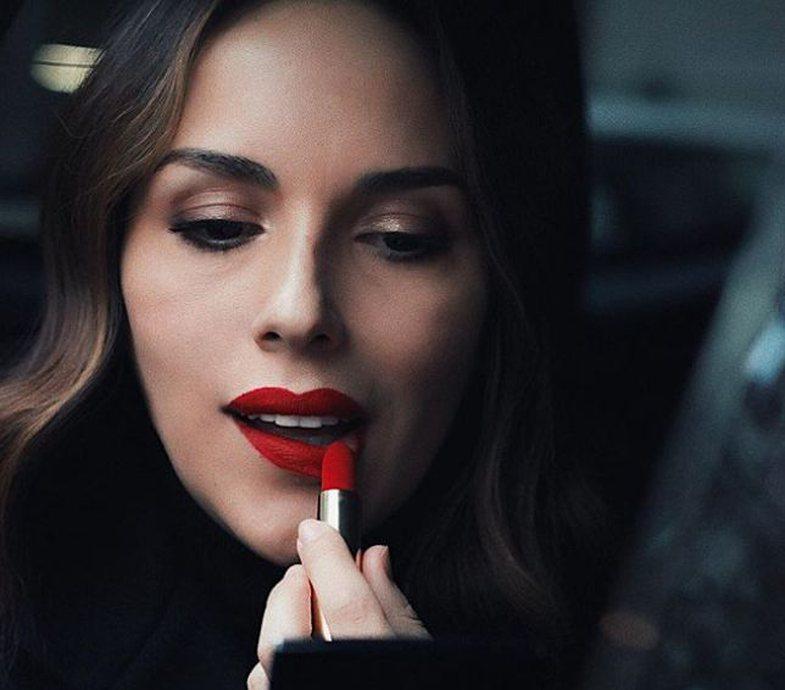 Estela Ujka, eksperte e buzëve të kuqe, rekomandon 5 ngjyra