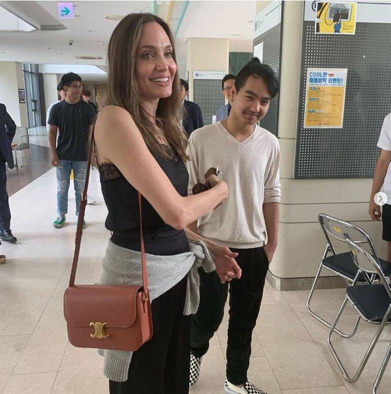 Duhet të shihni Angelina-n teksa përcjell të birin për
