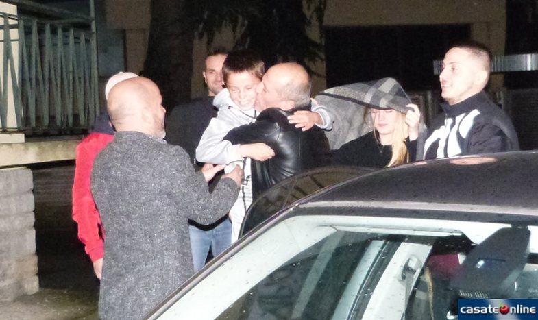 Fotot prekëse: Alvini kthehet në shtëpi, gjithë lagjia e