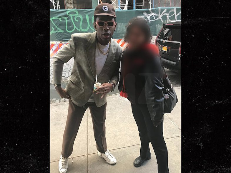 The rapper stops the woman on the street, offers her $ 100 for glasses