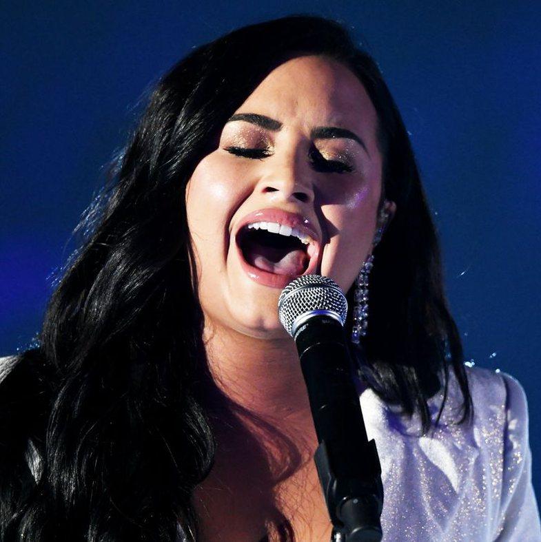 'Një klithmë për ndihmë': Demi performon