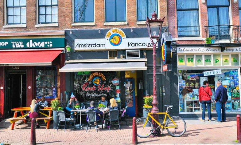 Amsterdami mund të mos u shesë më kanabis turistëve