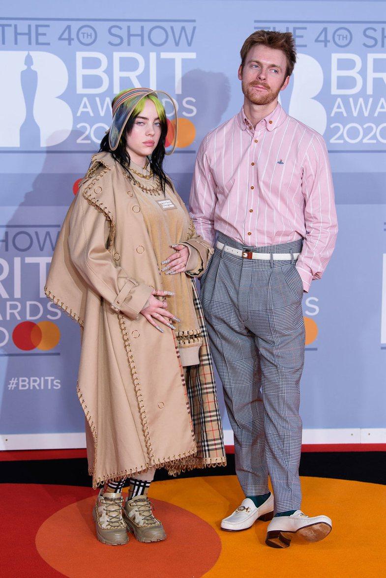 BRIT Awards: Ç'veshën yjet në tapetin e kuq