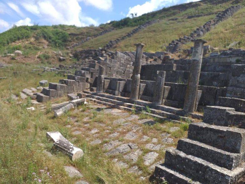 Shkatërrohen dy kolona të Parkut Kombëtar të Apolonisë