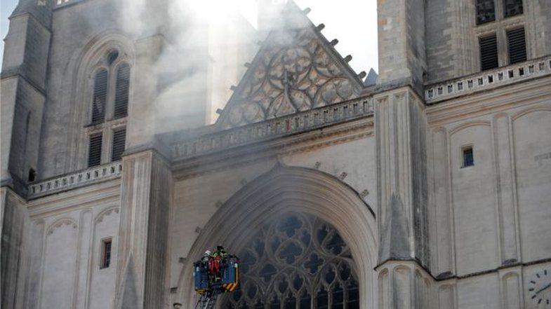 Pas Notre-Dame, edhe katedralja e famshme e Nantes përfshihet nga