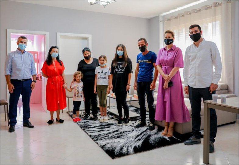 'Fundjavë Ndryshe' dhuron shtëpitë e para për