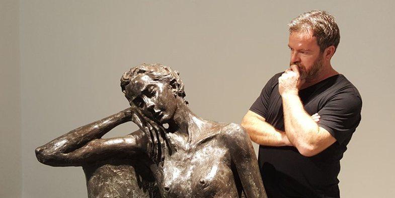 Covid-19 i merr jetën në moshën 53-vjeçare skulptorit